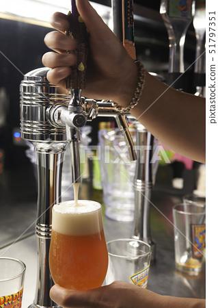 손,맥주 51797351