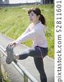 การยืดกล้ามเนื้อผู้หญิงเตรียมกีฬากลางแจ้ง 52811601