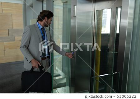 Caucasian businessman waiting for the elevator in modern office 53005222