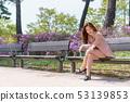 一名韩国妇女的神色,休息在公园,生活方式 53139853