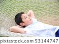 เด็ก ๆ กำลังพักผ่อนอยู่ในเปลญวน 53144747
