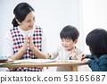 보육사와 아이 · 그림 그리기 53165687