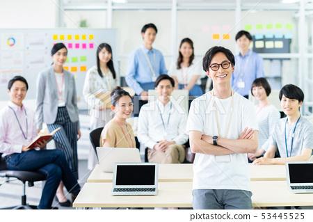 年轻工程师在办公室 53445525
