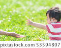 공원에서 노는 부모와 자식 수중 53594807