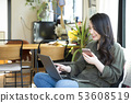 女年輕女性生活PC智能手機沙發生活方式放鬆微笑微笑 53608519