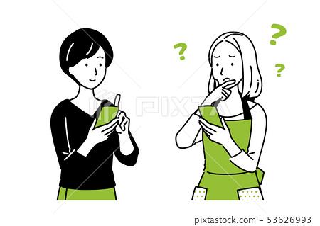 妇女谈话,当拿着智能手机时 53626993