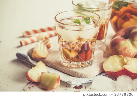 Peach iced tea in glasses 53729806