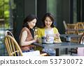 젊은 여성 카페 53730072