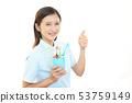 칫솔을 가진 치과 위생사 53759149