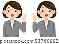 推出好标志的衣服的妇女 53760992