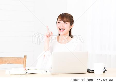 หญิงสาวใช้คอมพิวเตอร์ 53789188