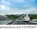 오키나와 현 오키나와 자동차 도로 北中城 부근을 주행중인 관광 버스 53796907