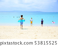 바다에서 노는 부모와 자식 53815525