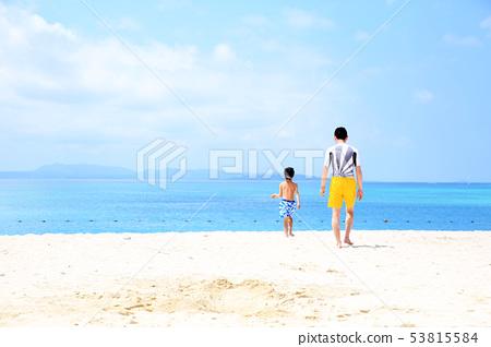 父母和孩子在海里玩 53815584