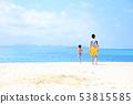 바다에서 노는 부모와 자식 53815585