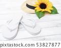 여름 이미지 해바라기 밀짚 모자 비치 샌들 흰색 나뭇결 배경 소재 53827877