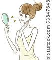 거울을 보며 미소 짓는 여성 53847648