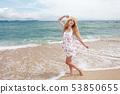 남국 오키나와의 아름다운 해변에서 쉴 여성 53850655