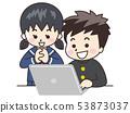 看膝上型計算機的小輩和高中學生 53873037