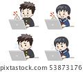 使用筆記本電腦的初中學生 53873176