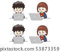 使用笔记本电脑的初中学生 53873359