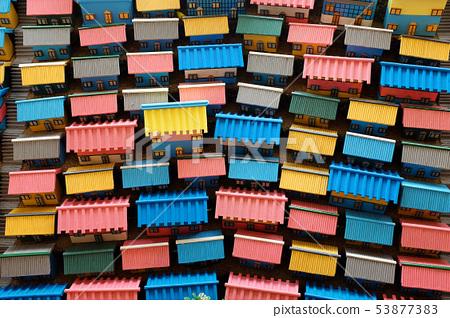 許多色彩鮮豔的小房子 53877383