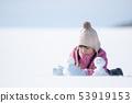 做一個雪人的女孩在一個多雪的領域 53919153