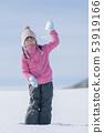 使用在雪的微笑的女孩 53919166