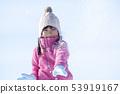 使用在雪的微笑的女孩 53919167