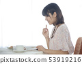 쿠키를 먹는 여자 53919216