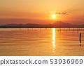 黄昏的一个湖泊,太阳将落在筑波山上 53936969