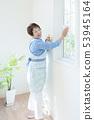 창 청소를하는 미소 수석 여성 53945164