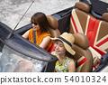 세련된 오픈카를 타고 연예인 느낌을 자아내는 보태니컬 무늬의 원피스와 밀짚 모자 여성 여름 여자 여행 54010324