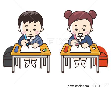 小学生和男孩在一张桌子上学习 54019766