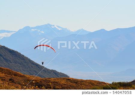 滑翔機和山 54047058