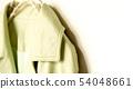 흰색 가방과 행거에 걸친 재킷의 어깨와 칼라 클로즈업 54048661