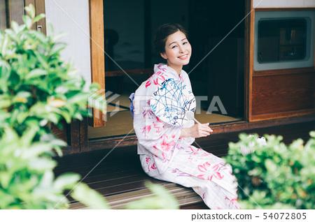 穿著浴衣的女人在陽台上冷卻 54072805