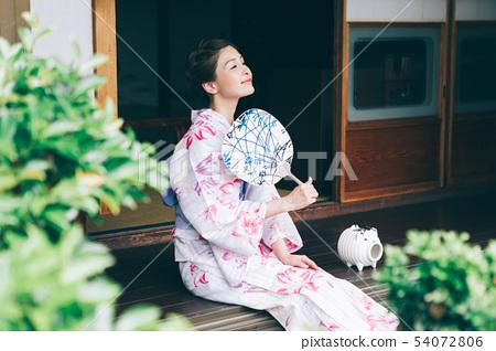 穿著浴衣的女人在陽台上冷卻 54072806