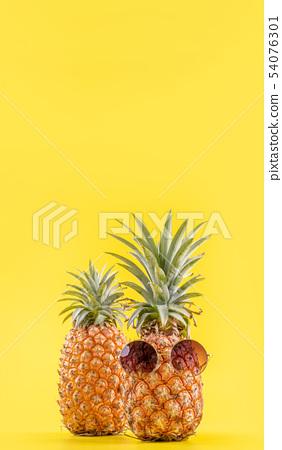 鳳凰梨黃色背景Sumikyo Natsuten菠蘿太陽鏡夏季夏季菠蘿 54076301