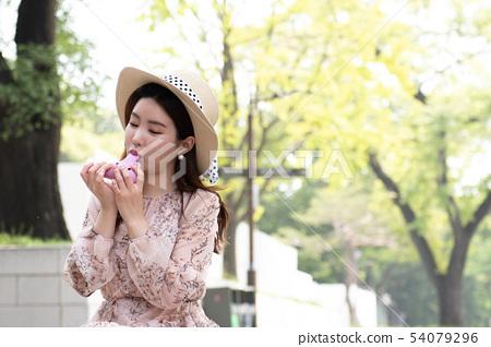 粉紅色的ocarina吹的婦女 54079296