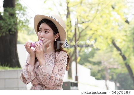 粉紅色的ocarina吹的婦女 54079297