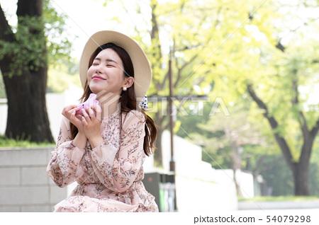 桃紅色ocarina微笑的婦女用兩隻手 54079298