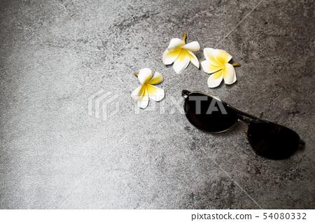 雞蛋花和太陽眼鏡 54080332