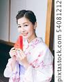 Yukata的婦女吃在銀硃的西瓜 54081212