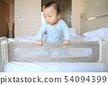 호텔 침대가드와 남자 아기 54094399