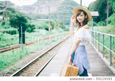 等待火车的妇女在一个农村驻地 54114593