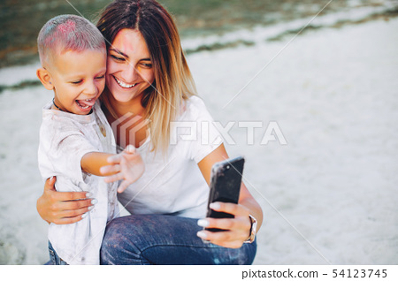 Mother with son playing in a summer park 54123745