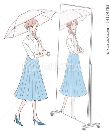 거울 앞에서 우산을 바르는 여성 54124763