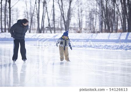 父母和孩子滑冰 54126613