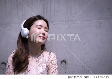 헤드폰을 머리에 쓰고 음악을 듣고 있는 사람 54170239
